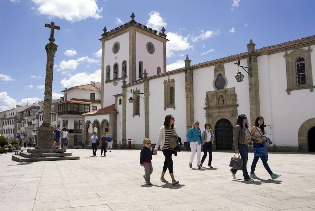 Igreja e praça da Sé. Bragança, Portugal.