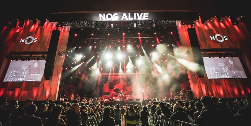 Já com os bilhetes do festiva esgotados, estes são todos os artistas já confirmados para o NOS Alive '18. Dia 12 Dia 13 Dia 14 Palco NOS Arctic Monkeys Nine Inch Nails Snow Patrol Miguel Araújo Bryan Ferry Queens of the Stone Age The National Two Door Cinema Club The Kooks Black Label Motorcycle Club Kaleo Pearl Jam Jack White Fraz Ferdinand MGMT Alice in Chains The Last Internationale Palco Sagres Khalid Friendly Fires Wolf Alice Sampha Jain Blasted Mechanism Juana Molina Vermú Future Island Chvrches Portugal. The Man Rag 'N' Bone Man Yo La Tengo Eels Japandroids Sound Bullet At The Drive In Perfume Genius Real Estate Mallu Magalhães Marmozets Clap Your Hands Say Yeah Churky NOS Clubbing Orelha Negra D'Alva Sophie PAUS + Holly Hood Papillon Bibiana Petek Populous XXIII Kokoko! Sango DJ Lag Na Surra Rastronaut + Akacorleone Branko Xinobi Lao Ra Thoes + The Shine Bateu Matou Morgan Monarchy EDP Fado Cafe António Zambujo Pedro Seabra Teresinha Landeiro Buba Jorge Palma Marta Pereira da Costa Palco Comédia Rui Sinel de Cordes Guilherme Duarte Guilherme Geirinhas + Manuel Cardoso Rui Xará Joel Ricardo Kalashnikov Simon Day Rui Cruz Bruno Henriques Miguel Lambertini Cebola Mol Pedro Teixeira da Mota Diogo Batáguas Ana Garcia Martins João Pinto Palco Coreto DJ Glue x SP Deville Here's Johnny x DJ Glue Fumaxa x Here's Johnny Spdeville x Dead End Dead End x Fumaxa Surma Beatriz Pessoa Minta & The Brook Trout Bernardo Secret Show 800 Gondomar Cachupa Psicadélica Mighty Sands Primeira Dama Lotus Fever